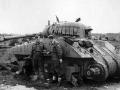 Danske soldater undersøger en Sherman tank