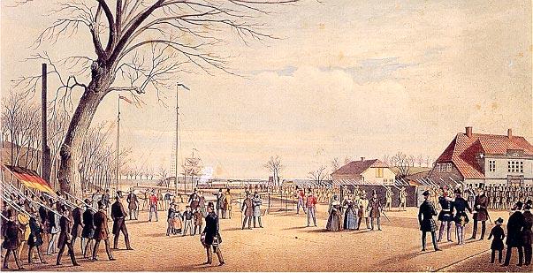 Rendsburg lige efter at proklamationen var blevet udråbt. Til venstre, med det tyske flag, ses Rendsburgs civile korps. Til højre, med de grønne uniformer og sorte czakoer ses the 5. Lauernborger Riffelkorps. Nogle eksperter mener at de to eller tre figurer i centrum er Prinsen (i uniform) og Beseler (et civilt medlem af den provisoriske regering), to af de ledende personer i oprøret.