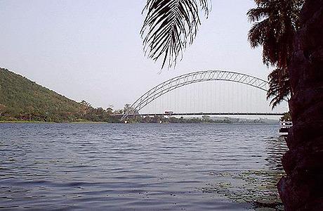 Adome-broen krydser i dag floden Volta, som i dansketiden var en vigtig vej for udførsel af titusindvis af slaver (Wikipedia)