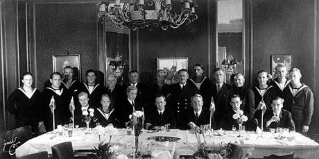 """Deltagerne i Kieler Expeditionary Forces. Afskedsfrokost på """"Esplanaden"""" efter endt arbejde den 15. august 1945. Siddende i midten ses Harry Larsen (t.v.) og Ivar Westergaard (t.h.)."""