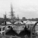 På S-bådenes broer var der en række små kors med navne og datoer for de tyskere, der under krigen var faldet ombord. (foto: Jørgen S. Lorenzen)