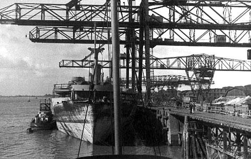 Foto fra havnen i Nordenham. Agter for Lougen er et Victory-skib skib ved at laste giftgas. Skibet var blevet beskadiget ved en minesprængning, og blev nu sænket i Skagerrak. (foto: Jørgen S. Lorenzen)