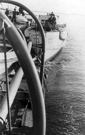 To S-både er her trukket helt op agter for Lougen, inden skibet går ind i Flådens Leje. (foto: Jørgen S. Lorenzen)