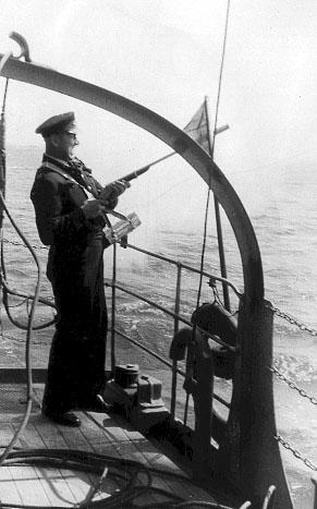 Kvartermester Veslov skyder en line over til det drivende fartøj. (foto: Jørgen S. Lorenzen)