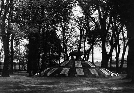 Mindehøj for danske Waffen SS soldater. Den blev senere sprængt i luften.