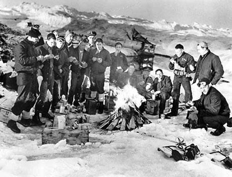 Amerikanske soldater fra kystvagten på den tyske vejrstation ved Kap Sussi i sommeren 1944. Denne gang undslap tyskerne, men den næste vejrekspedition blev overrasket og taget til fange af kystvagten.