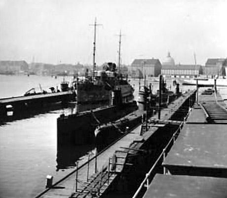 Danske undervandsbåde og HENRIK GERNER på Holmen før 29. august 1943. (foto: Niels Erik Hansen).