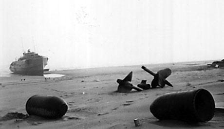 Ved juletid var det lykkedes at få flyttet HAVØRNEN 12 meter, men der var stadig lang vej til åbent hav. Forrest i billedet ses de afskårne skruer og de dumpede krigshoveder til torpedoerne. Både ror og skruer blev efterfølgende bjærget, men Svitzer ønskede ikke at stå for bjærgningen af krigshovederne, og først den 20. januar blev de bjærget af HAVØRNENs besætning, assisteret af personale fra Caister Lifeboat. (Helge Nielsen)