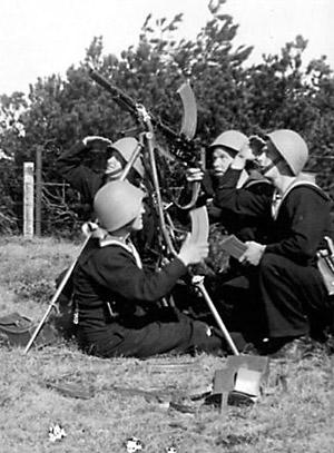 Hver 14. dag marcherede vagtkompagniet til det sydlige Amager, hvor de øvede skydning mv. på en skydebane. Her øves beskydning af luftmål med 8mm Madsen rekylgevær, sommeren 1943. Vé den måge, der kom ind over skydebanen, når Preuthun og hans kammerater øvede sig.