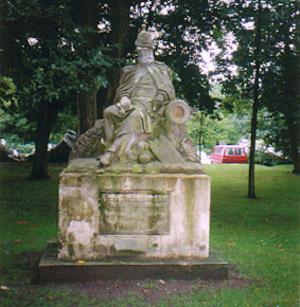 Ovenfor ses mindesmærket for kaptajn Jungman, der havde kommandoen over de tyske artillerister.
