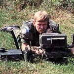 """NAN med sin Laser Target Marker under en rekognosering på """"gerningsstedet"""". Under angrebet på Sukkertoppen bar NAN ikke sin blå FN-hjelm, da den blå farve var yndet mål for de bosniske serbere. (Foto: Ib Nordentoft Andersen)"""
