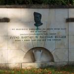 Mindemuren blev rejst, hvor oberst Paludan-Müller kæmpede sin sidste kamp. Indskriften: