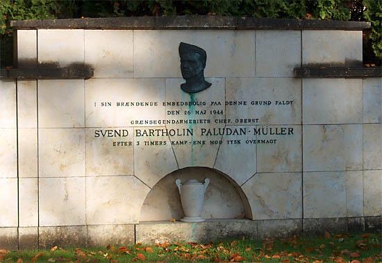 """Mindemuren blev rejst, hvor oberst Paludan-Müller kæmpede sin sidste kamp. Indskriften: """"I sin brændende Embedsbolig på denne Grund faldt den 26. Maj 1944 Grænsegendarmeriets Chef, Oberst Svend Bartholin Paludan-Müller efter 3 Timers Kamp - ene mod tysk Overmagt."""" (foto: Jesper Christensen)"""