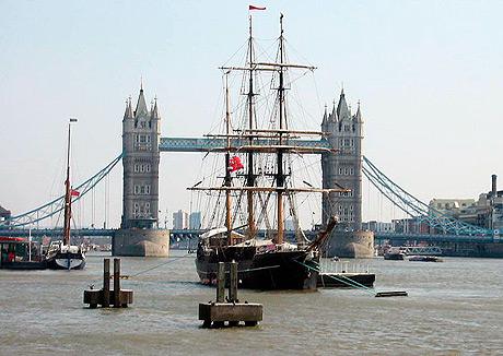 Slaveskib ved Tower Bridge i 2007 i anledning af 200-året for forbuddet mod slave-handel. (Wikipedia)