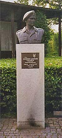 Busten af Anders Lassen foran Museet for Danmarks Friheds-kamp i København
