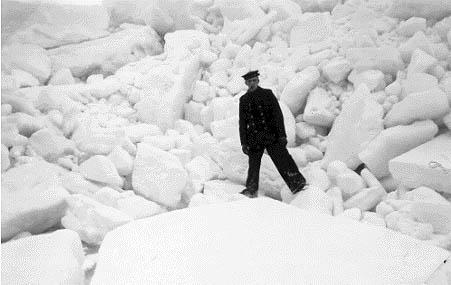 """Isskruninger ud for Nyborg fjord. For at markere isens størrelse  benytter vi her værnepligtig. """"ostefyrbøder"""" Frede som målestok."""