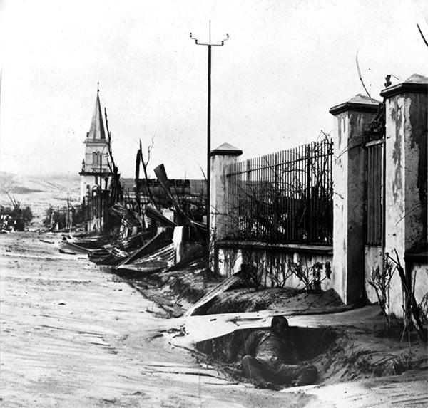 Hovedgaden i Morne Rouge efter vulkanudbrudet. (Fra Wikipedia)