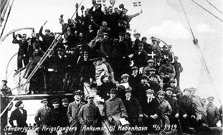 Sønderjyder ankommer til København i maj 1919 efter at være blevet frigivet fra allieret fangenskab. (fra et postkort)