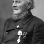 Chr. Jensen Bjørn med Dannebrogskorset (tv.) og erindringsmedaljen fra Krigen i 1864.