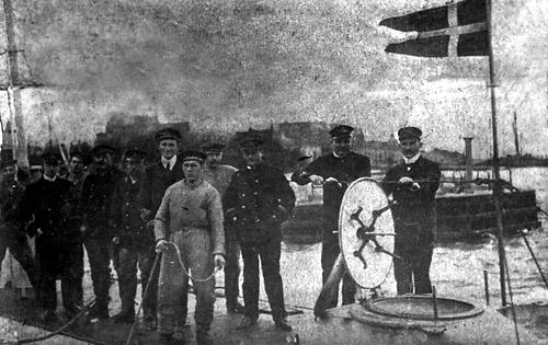 Dykkerens besætning fotograferet før Første Verdenskrig. Yderst til højre står daværende løjtnant Rechnitzer. (5. Eskadre)