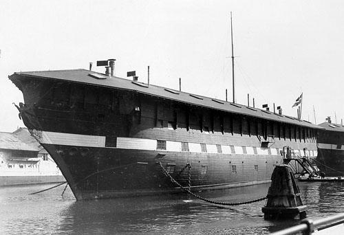 """Fregatten """"Jylland"""" som kaserneskib på flådens leje. (foto: Orlogsmuseet)"""