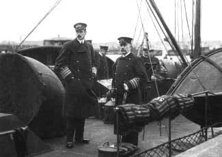 Til venstre Kong Christian d. X og til højre Viceadmiral Kofoed hansen. De danske minespærringer var en bitter pille at sluge for Kongen, som mente det stred mod engelske interesser. Det danske og engelske kongehus var nært beslægtede.