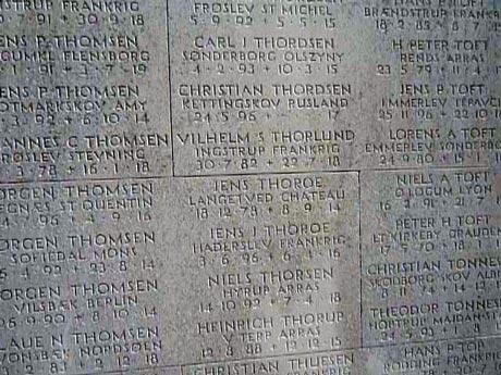 Et lille udsnit af de omkring 4120 navne der findes på det store monument i Mindeparken i Århus. Se en video fra monumentet her