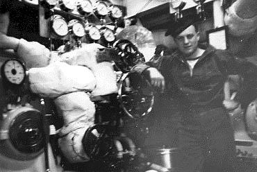Her ses overfyrbøder Henriksen og vpl. maskinist H. P. Sørensen ved HØGENs bagbords turbine.