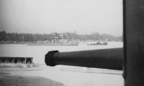 Foto taget fra Batteri Sixtus viser et fartøj af Dragen-kl. under bugsering fra Holmen til lystbådehavnen i Svanemøllebugten. Man vil bemærke at torpedobåden er gråmalet. De tre enheder af Dragen-klassen blev som forsøg malet grå i december 1939. Indtil da havde de ligesom resten af torpedobådene været iklædt en olivengrøn maling.