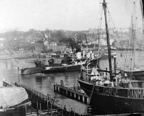 Her ses Høgen under bugsering i Svendborg 28. marts Torpedobådene af Dragen- & Glenten-klassen