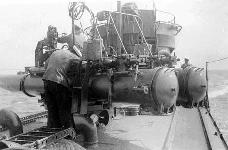 """En torpedobåds hovedarmering er selvfølgelig torpedoudskydningsrør. HØGEN havde seks af disse. To stævnrør, der var fast monteret gennem forskibet, således at der skulle """"sigtes"""" med hele skibet. Derudover var der monteret 2 x 2 drejelige udskydningsrør på dækket over maskinrummet og fyrbødermessen."""