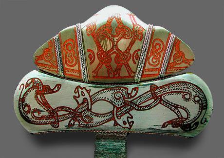 Et rigt dekoreret vikingesværd. Billedet viser et udsnit af fæstet (knappen), som er den del af sværdet der sidder over klingen. (Wikipedia)