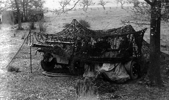 Brigadens artilleri i skydestilling under camouflagenet