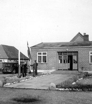 Flaghejsning i Slipshavn, sommeren 1945.
