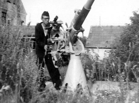 """""""Præsten"""" Svend ved luftværnskanon, juli 1945"""