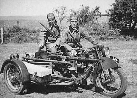 Nimbus motorcykel i tjeneste i den danske hær omkring 1940. En maskinkanon model Madsen 1938 er monteret på siden. (Frihedsmuseet)