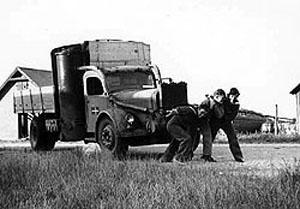 Ove, Eigil og Thor trækker generatorlastbilen i gang, 9. juli 1945.