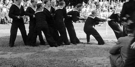 De otte gaster lige før smedene fra Nyborg Jernstøberi to gange slæbte dem  hjælpeløse hen ad grønsværen.