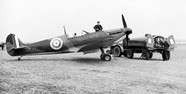 Jordpersonnel genopfylder en RAF Spitfire