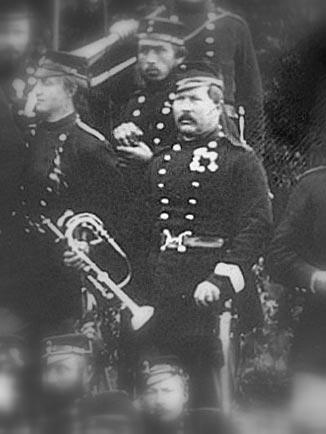 Udsnit af foto med 11. Regiments officerskorps under våbenhvilen 1864 . Det formodes at være omtalte Stabshornist Johann Friederich Wilhelm Hennings med sit kæreste eje – klaphornet. (Foto: Det Kgl. Bibliotek)