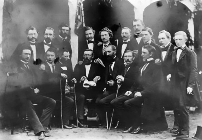 Musikere fra 5. Bataljons Musikkorps i civil ved en festlig lejlighed i 1862. Musikkorpset, som Carl Nielsen 17 år senere blev musiker i. Bagerste række fra venstre: Christensen, Lange, Richarth, Beyer, Hove, Busch, Schwartz, Bartels, Schleifs, Nielsen. Forreste række fra venstre: Behrens, Bøge, Simon (stabshornblæser), Huper, Gundelach, Lantow, Sachs. (Foto: Rigsarkivet)