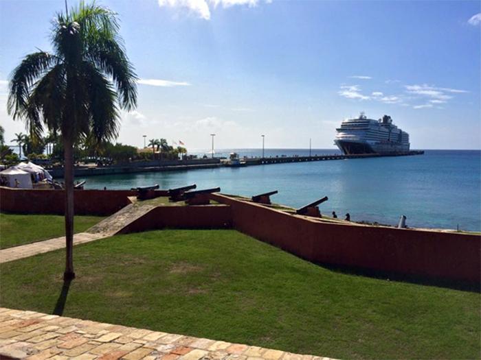 I dag tilhører de tidligere danske besiddelser i Caribien USA, og slaveri og sukkerproduktion er afløst af turisme, som her på St. Croix, hvor kanonerne peger ud mod havet fra Fort Frederik i byen Frederiksted
