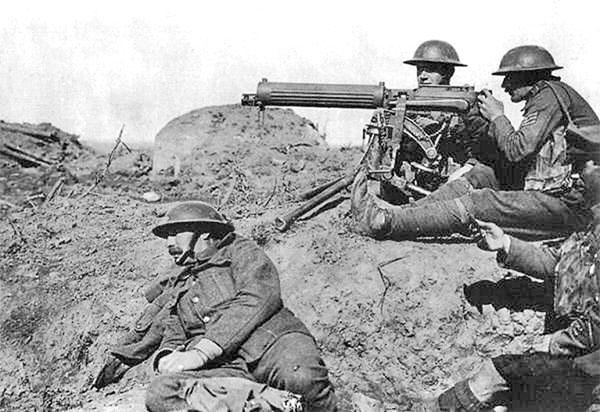 Maskingeværskolen i Arkhangelsk var udrustet med Wickers-maskingeværet, her i britiske styrkers brug ved Passchendaele på Vestfronten 1917 (wikipedia)