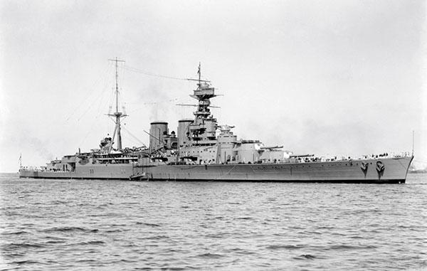 """Det mægtige slagskib HMS Hood lå i 1920 i en kort overgang i København. Skibet blev søsat 22. august 1918 og havde en hovedbevæbning på 8 stk. 381 mm kanoner med rækkevidde på op til næsten 31 km. Skibets motto var """"With favourable winds"""" – som varede til 24. maj 1941, hvor skibet blev sænket af det tyske slagskib Bismarck i Danmarkstrædet mellem Grønland og Island."""