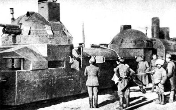 Et pansertog fra den Tjekkiske Legion, et andet anti-bolsjevikisk korps, bestående af krigsfanger fra den østrig-ungarnske hær, der kæmpede øst for Ural-bjergene. Panservåbnet - i form af kampvogne, panservogne og pansertog– fik et gennembrud i 1. Verdenskrig. Den første danske panservogn tilhørte Akademisk Skyttekorps, der opererede en Hotchkiss fra 1917, og første dansk tank blev en Fiat 3000, indkøbt i 1928.