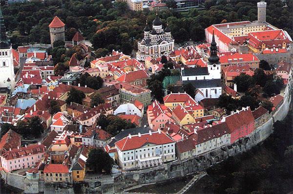 """Del af den stemningsfulde """"Toompea"""", borghøjen i Tallinn. Byen blev erobret af danske styrker under Valdemar II i 1219, og solgt til de tyske riddere i 1346. Th. borgen, hvis udseende dog mestendels stammer fra 1227, hvor den tyske Sværdbrødreorden havde fæstningen i deres besiddelse. Fæstningstårnet """"Kiek-in-de-kök"""" fra 1475 umiddelbart t.v. for den russiske Alexander Nevskij katedral m.f."""