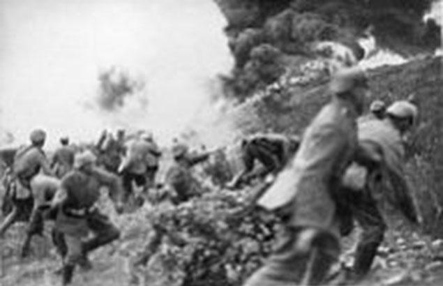 """Tyske tropper stormer højden kendt som """"Mort Homme"""" (Den døde mand) under slaget ved Verdun. Kampene fra marts til september kostede Regiment 84 ca. 1700 døde, sårede og savnede (Wikipedia)."""