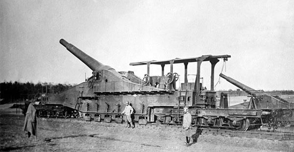 En fransk 320 mm jernbanekanon. Gigantkanonernes tonstunge granater kunne gennemtrænge metertykt fæstningsbeton, og muliggjorde fx en hurtig tysk nedkæmpelse af de stærke belgiske fæstninger i 1914, og en generobring af Fort Douaumont ved Verdun i 1916 (Wikipedia).