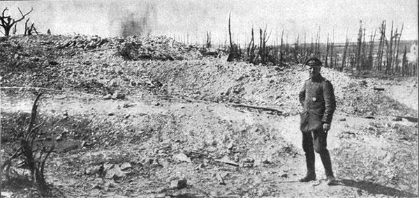 Billede fra den heftigt omstridte Høj 304 på slagets nordlige flanke i en pause i kampene. Artilleriilden har gjort højen til et ørkenlandskab.