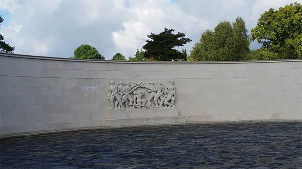 Monumentet i Mindeparken i Århus blev indviet i 1934, og viser navnene på 4140 sønderjyder, der mistede livet under 1. Verdenskrig, som soldater i den tyske hær. Slagene ved Verdun og Somme krævede mange liv, men på alle fronter, hvor den tyske hær kæmpede - Vesteuropa, Østeuropa, Balkan og selv Mellemøsten - måtte sønderjyder deltage i verdenskrigen.